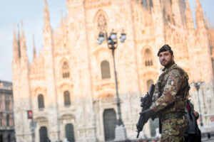 Foto Claudio Furlan – LaPresse  20 Marzo 2020 Milano(Italia)  News Da domani l'esercito verrà schierato a Milano per controllare la circolazione della popolazione durante l emergenza coronavirus Nella foto: militari in Piazza Duomo  Photo Claudio Furlan/Lapresse 20 March 2020 Milano (Italy) From tomorrow the army will be deployed in Milan to control the movement of the population during the coronavirus emergency In the photo: Military in Piazza Duomo