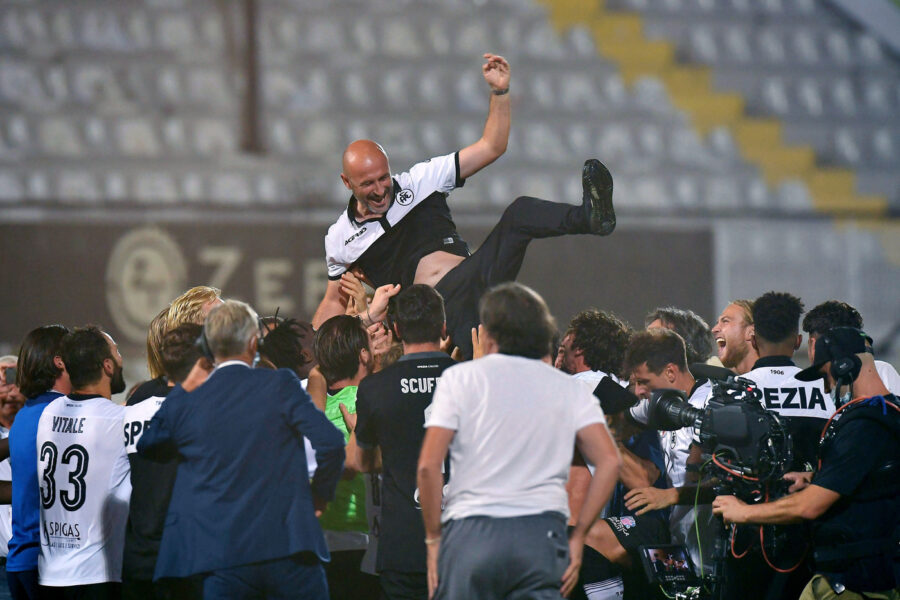 "Foto LaPresse – Tano Pecoraro 20 Agosto 2020 La Spezia – (Italia) Sport Calcio Spezia vs Frosinone Campionato di Calcio Serie BKT 2019/2020 – Stadio ""Alberto Picco"" nella foto: festeggiamenti Spezia per la storica promozion, l'allenatore Vincenzo Italiano  Photo LaPresse – Tano Pecoraro 20 August 2020 City La Spezia – (Italy) Sport Soccer Spezia vs Frosinone Italian Football Championship League BKT 2019/2020 – ""Alberto Picco"" Stadium in the pic: celebrations Spezia players with coach Vincenzo Italiano"