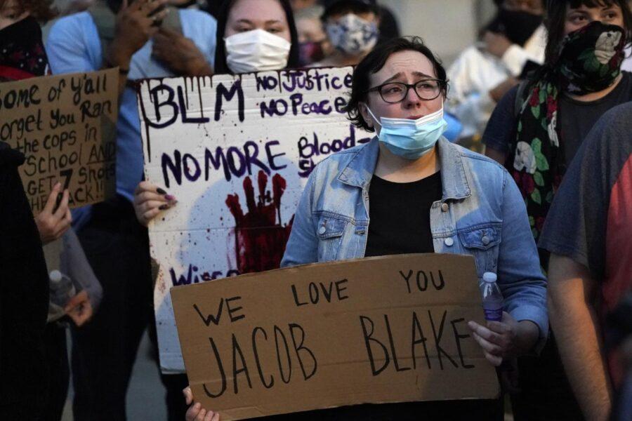 """Caso Blake, il 29enne ferito dalla polizia è paralizzato: """"In ospedale lo hanno ammanettato al letto, perché?"""""""