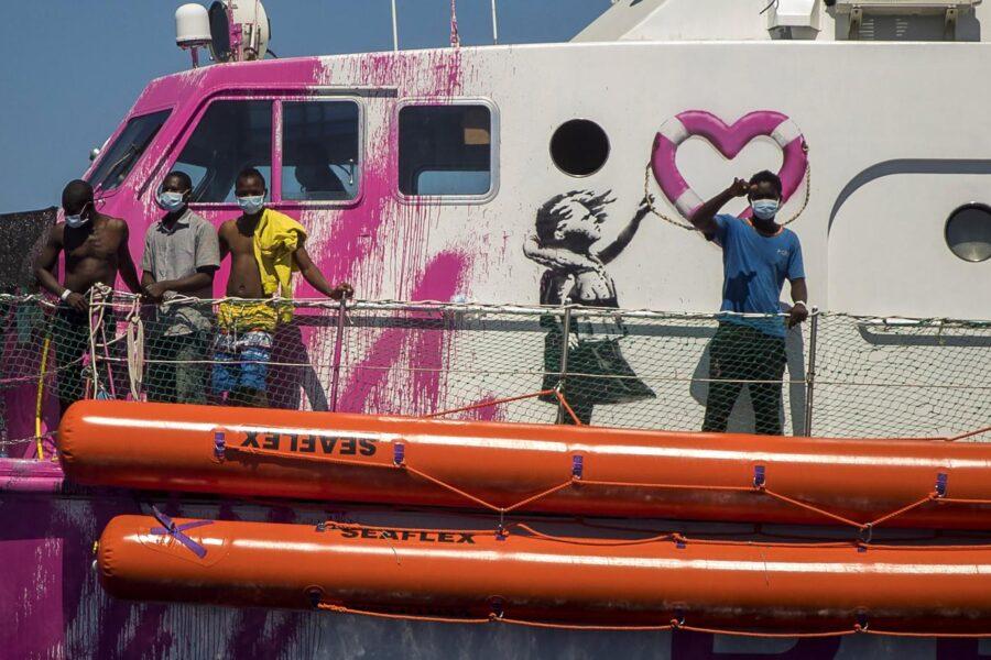 Mediterraneo, la nave di Banksy soccorsa dalla Guardia Costiera: trasbordati 49 migranti