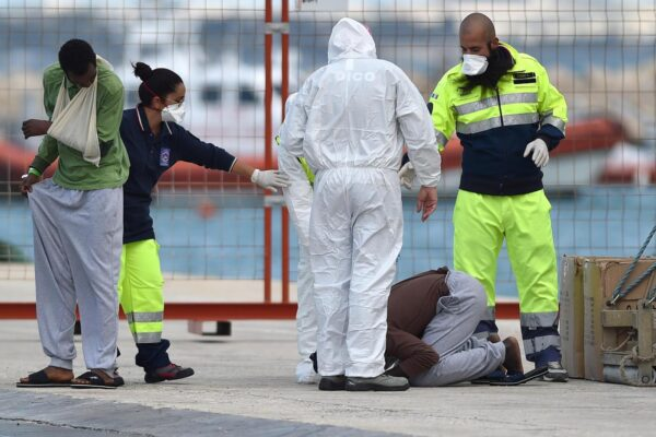 Foto LaPresse – Carmelo Imbesi 08/11/2017 Pozzallo (IT) cronaca Migranti – La nave Sea Watch 3 della ONG Sea-Watch con a bordo 58 migranti e il cadavere di un bimbo di due anni arriva al porto di Pozzallo in provincia di Ragusa Nella foto:  un migrante appena sbarcato bacia la banchina del porto di Pozzallo  Photo LaPresse – Carmelo Imbesi 08/11/2017 Pozzallo (IT) news Migrants – The NGO ship Sea Watch 3 with 58 migrants and the dead body of a two year old child arrives at the port of Pozzallo in the province of Ragusa Sicily In the pic:  a migrant kisses the dock at Pozzallo's harbor