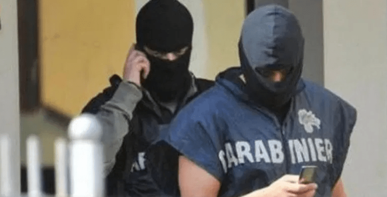 """""""C'è un latitante"""", blitz dei finti carabinieri. Terrore nel B&B: clienti sequestrati"""