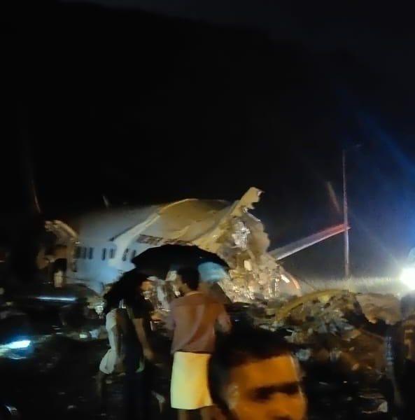 Aereo finisce fuori pista e si spezza in due: 14 morti e 123 feriti, a bordo anche dieci bambini