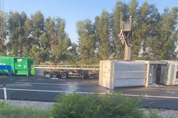 Caserta, camion si ribalta sulla A1: un ferito