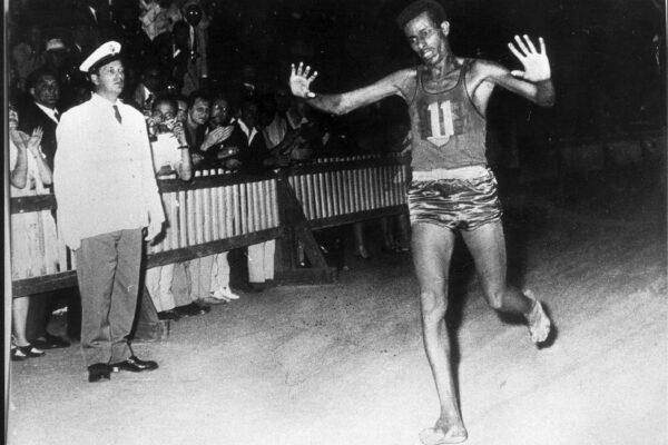 Storia di Abebe Bikila, il soldato scalzo che conquistò Roma