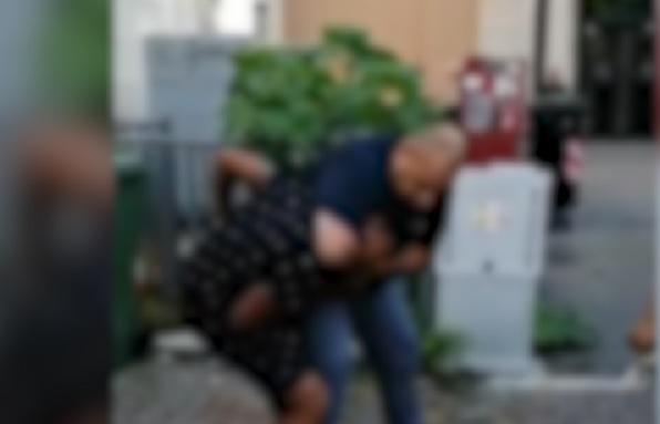 Vicenza, poliziotto blocca per il collo giovane cubano: il video e le polemiche