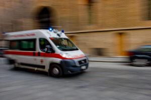 Incidente in magazzino, operaio giovanissimo muore schiacciato