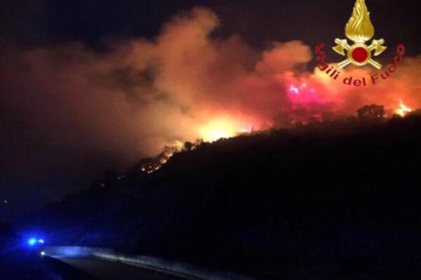 Sardegna, grave incendio a Budoni: 250 famiglie evacuate