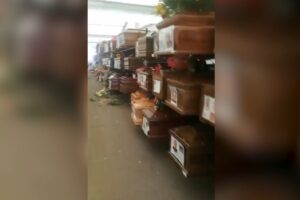 """Cimitero di Palermo, più di 500 bare ammassate nei capannoni: """"I nostri cari come spazzatura"""""""