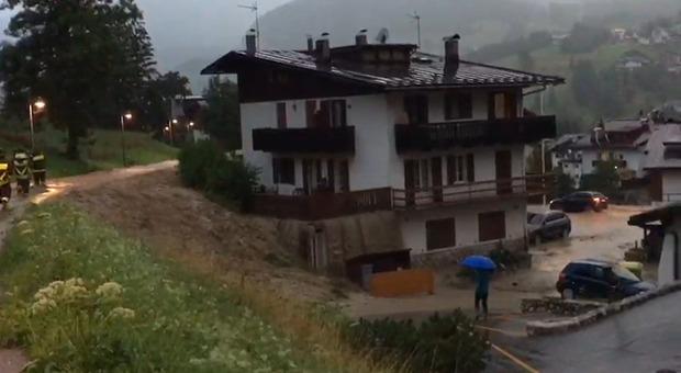 Maltempo, bomba d'acqua a Cortina e le strade diventano fiumi: il video