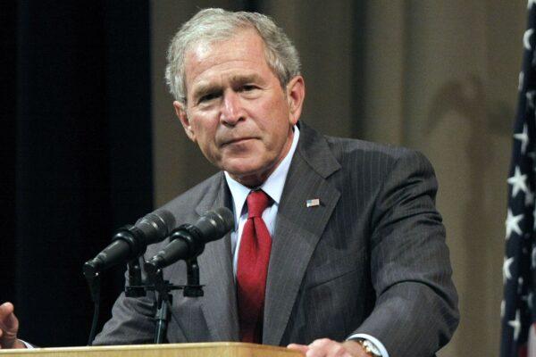 Dalla guerra contro lo straniero ai dipinti sui migranti: La redenzione del compagno Bush