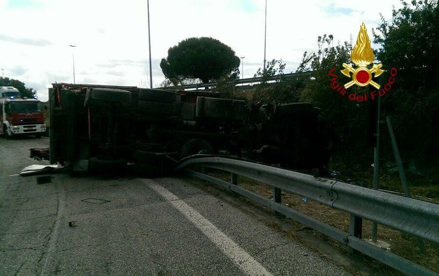 Incidente mortale sul raccordo Perugia-A1, camion si ribalta: morto il conducente