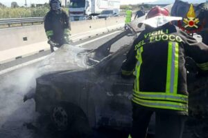 Incidente in autostrada, Smart prende fuoco dopo scontro con camion: muore il conducente