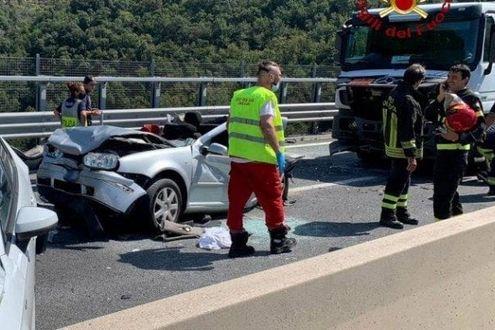 Scontro tra 6 auto e un tir sulla A12 Genova – Sestri Levante: 4 feriti, due sono bambini