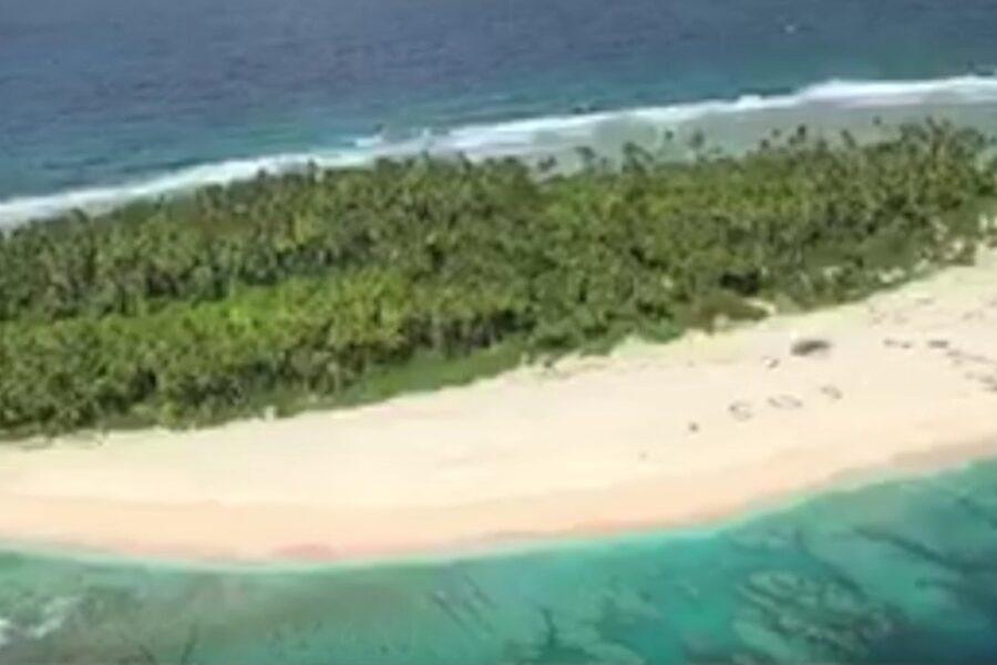 Naufragano su isola sperduta nel pacifico e scrivono enorme SOS sulla sabbia: trovati e salvati