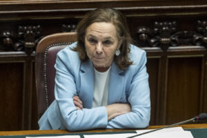 Prefetti contro Lamorgese, le accuse: boom di dirigenti a Roma e disinteresse verso i migranti