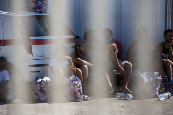 Il Coronavirus dimezza gli arrivi dei migranti: nel 2020 permessi ridotti del 57,7%