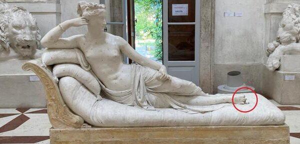 Turista austriaco si siede su una statua di Canova e la rompe, la denuncia di Sgarbi