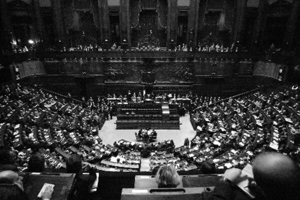 """Mussolini umiliò """"l'aula sorda e grigia"""", i parlamentari con il silenzio spalancarono le porte al regime"""