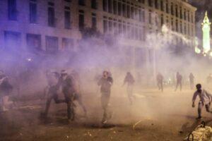 Inferno Libano, proteste contro governo a Beirut: scontri e lacrimogeni