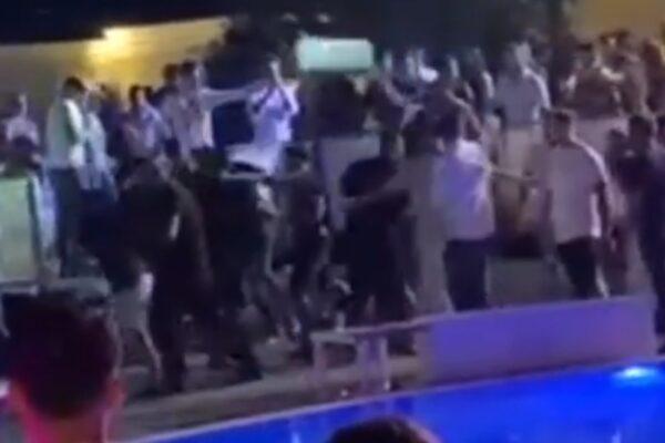 Calci e pugni, giovani scatenati in discoteca: volano tavoli e sedie