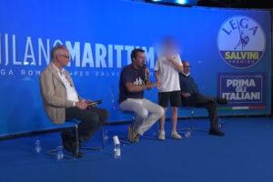 """Salvini chiama un bambino sul palco: """"Puoi toglierti la mascherina"""". Lui: """"No perchè mi piace"""""""