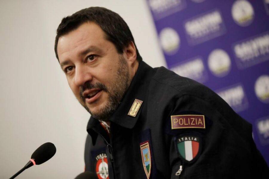 Ragazzo preso per la gola da agente, Salvini fa l'ultrà della polizia perché non tifa per l'umanità
