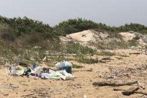"""Inquinamento costiero, il dossier: """"800 oggetti abbandonati ogni 100 metri di spiaggia"""""""