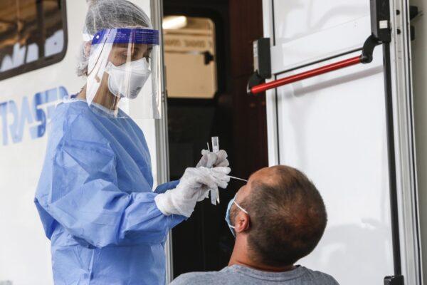 Coronavirus, 2.677 nuovi casi e 28 decessi: Campania prima con meno tamponi di tutti