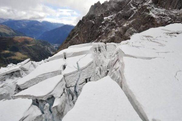 Monte bianco, mezzo milione di metri cubi di ghiaccio a rischio crollo: evacuati turisti e residenti