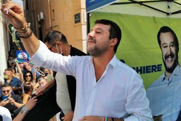 """Fischi, pomodori e insulti, Napoli accoglie Salvini: """"Votate Lega, siamo il nuovo"""""""