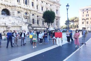 """Protesta contro la cassa forense: """"Ingiusto allontanare chi non versa i contributi"""""""