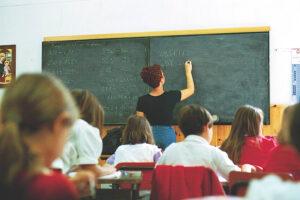 Lo stereotipo della madre maestra e la riapertura delle scuole