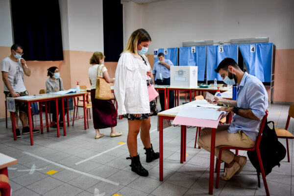 Foto Claudio Furlan – LaPresse  20 Settembre 2020 Milano (Italia)  cronaca  Popolazione al voto per il  referendum costituzionale sul taglio dei parlamentari presso la Scuola Media Parini di Via Solferino  Photo Claudio Furlan – LaPresse  20 September 2020 Milano (Italy) news  Population voting for the constitutional referendum on the cut of parliamentarians at the Parini Middle School in Via Solferino