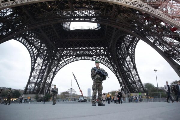 FOTO DI REPERTORIO Torre Eiffel, l'omaggio alle vittime e i controlli dell'esercitoParis, France November 16 2015 – Illustration picture of French soldiers patrol at the Eiffel Tower after the terrorist attacks that killed 129 people Soldati francesi pattuglia alla Torre Eiffel, dopo gli attacchi terroristici che hanno ucciso 129 persone Vincent Isore / MaxPPPLaPresse  — Only Italy