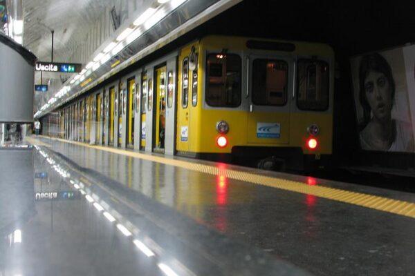 """Metro di Napoli a pezzi e banchine affollate, l'Anm si scusa: """"Treni vecchi e senza ricambi"""""""