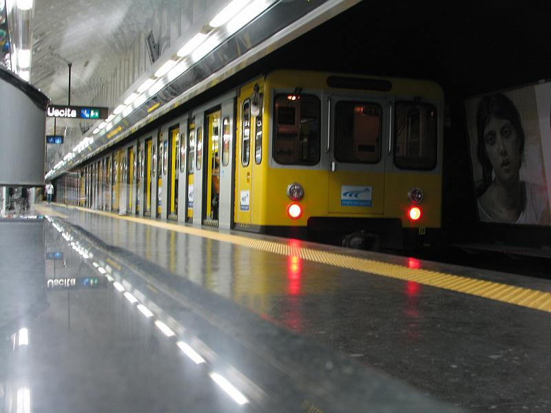 Napoli, treni guasti e stazioni chiuse: disagi in metropolitana