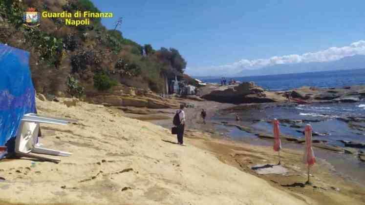 Il blitz di fine estate della Guardia di Finanza: sigilli a lidi e barchette abusive a Marechiaro