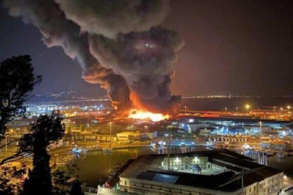 """Ancona, vasto incendio nel porto: """"Tenete le finestre chiuse"""""""