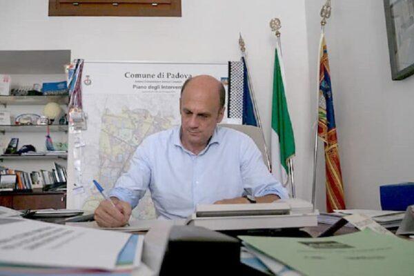Malore in diretta per Lorenzoni, candidato del Pd in Veneto si accascia durante la conferenza