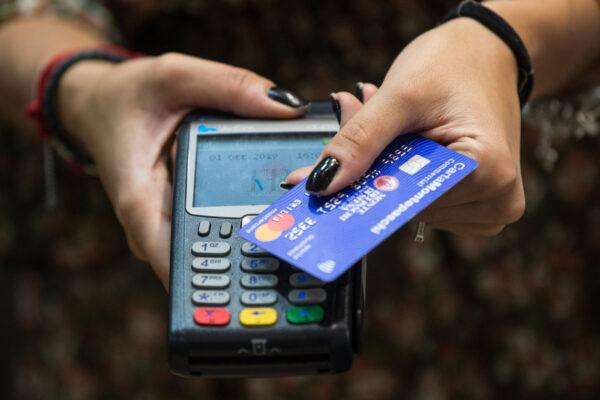 Bonus di Natale da 150 euro per chi paga con bancomat o carta: come funziona l'extra cashback