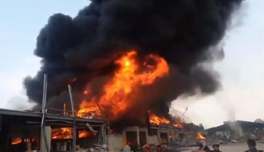 Beirut, enorme incendio nel porto a un mese dalla disastrosa esplosione