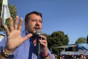 """Salvini aggredito durante un comizio in Toscana: """"Strappata camicia e rosario"""""""