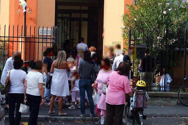 Genitori e alunni davanti alla materna Franceschini di Crema (foto d'archivio La Provincia di Crema)