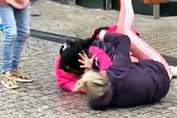 """Donna accoltellata in strada da mamma e figlia: """"Così impari a stare con mio marito"""""""