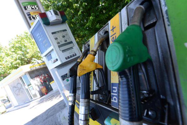Un distributore di benzina chiuso a Pisa. ANSA/STRINGER