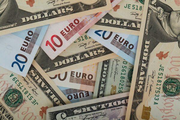 Col ritorno della pandemia il dollaro torna ad essere un porto sicuro