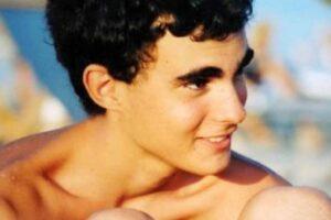 """Quindici anni senza Federico Aldrovandi, ucciso durante un controllo di polizia: """"Non lo dimenticate"""""""
