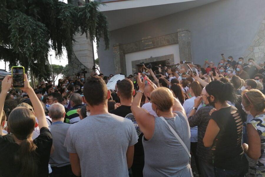 """Lacrime e applausi per i funerali di Maria Paola, don Patriciello: """"Prima dell'orientamento sessuale viene la persona"""""""