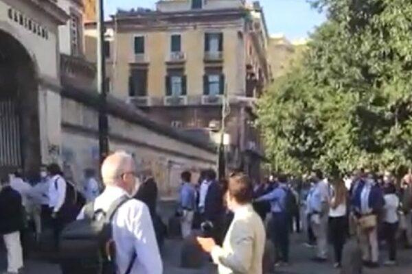 Napoli, fila infinita al Giudice di Pace: addetto ai controlli positivo al Covid-19